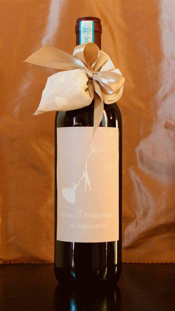 Weinflasche mit personalisiertem Etikett als Hochzeitsbevorzugung