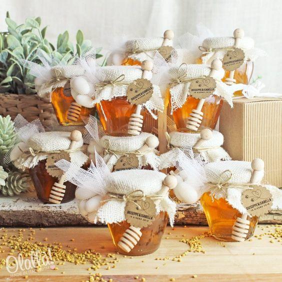 Kleine Gläser Honig als Hochzeitsbevorzugung verwendet
