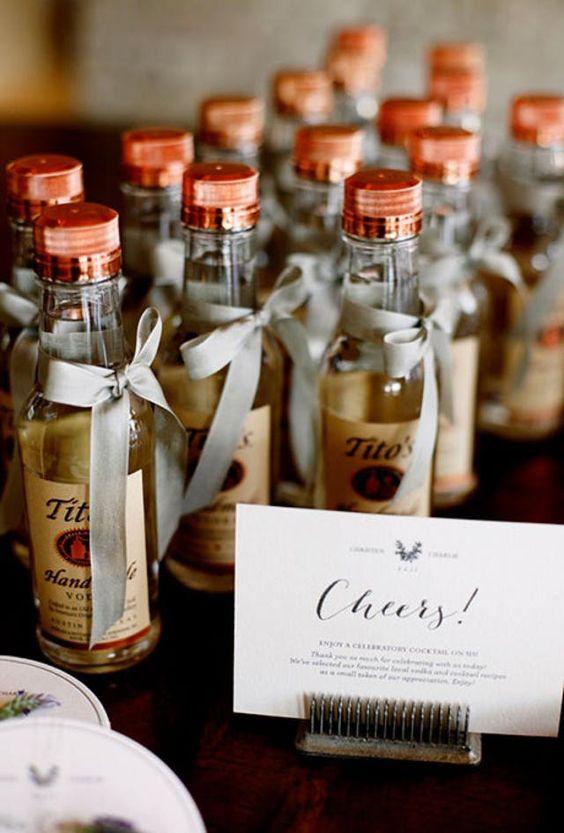 Kleine Flaschen Likör oder Grappa als Hochzeitsbevorzugung