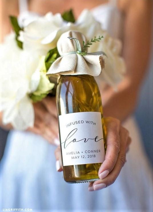 Flasche Olivenöl extra vergine mit personalisiertem Etikett, das als Hochzeitsbevorzugung verwendet wird