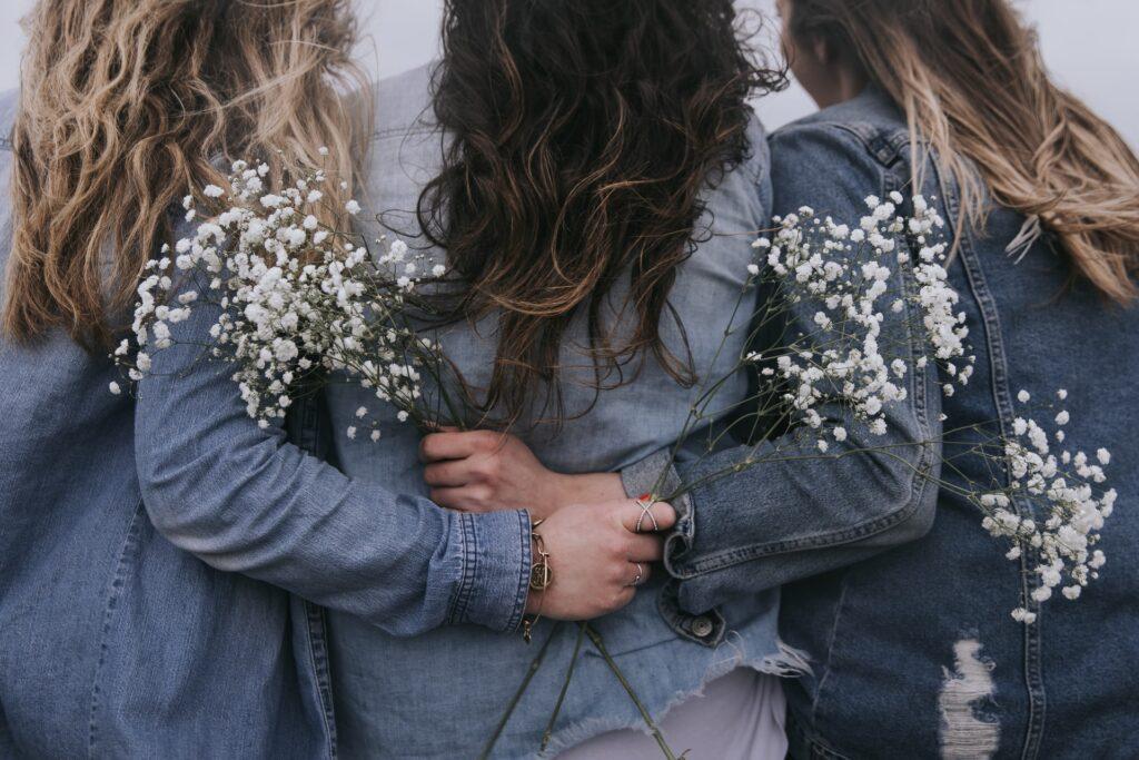 Amiche di schiena che si abbracciano