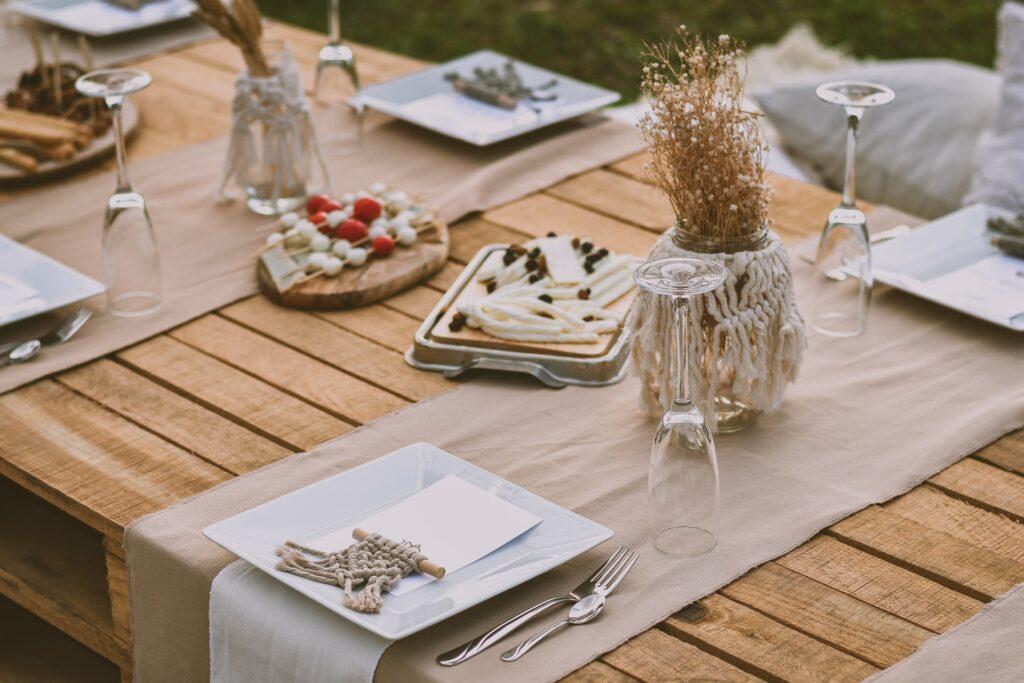 Tavola apparecchiata per un aperitivo in stile rustico