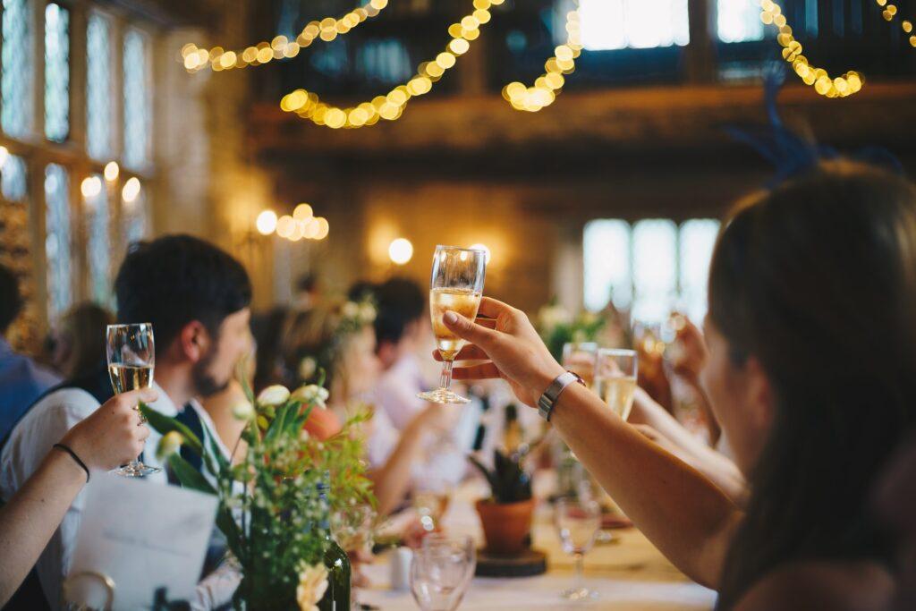 Brindisi durante un ricevimento di matrimonio