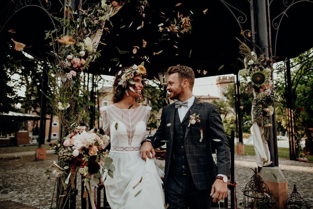 Coppia di sposi alla fine di una cerimonia all'aperto