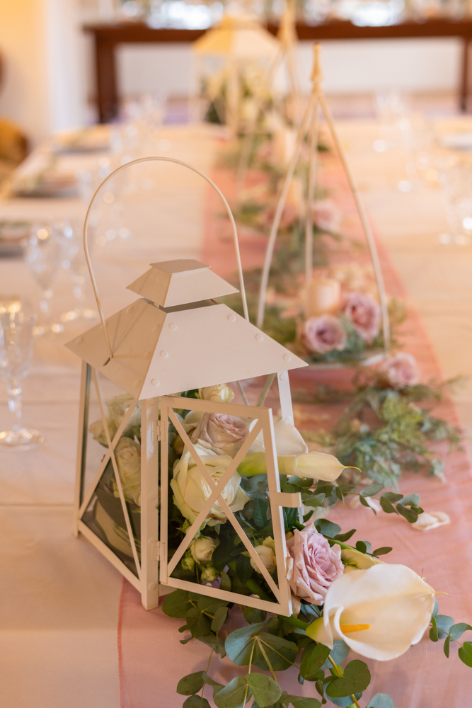 Decorazione del tavolo da ricevimento per un matrimonio in stile romantico
