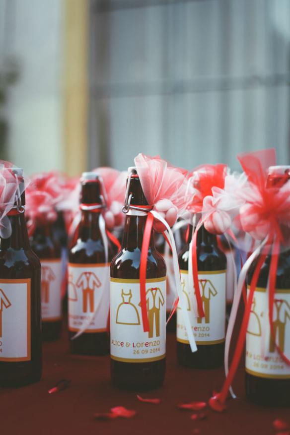 Bottiglie decorate e riutilizzate per bomboniere per un matrimonio a tema vino