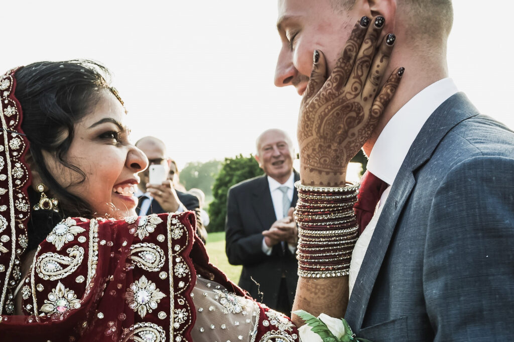Due sposi si guardano negli occhi e sorridono