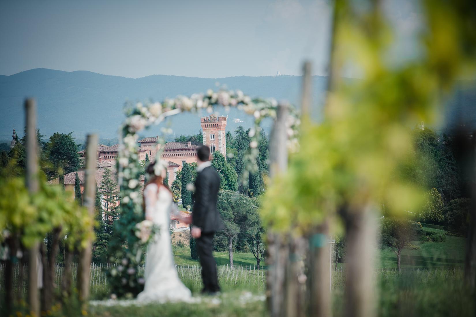 Un romantico servizio fotografico di due sposi tra le vigne
