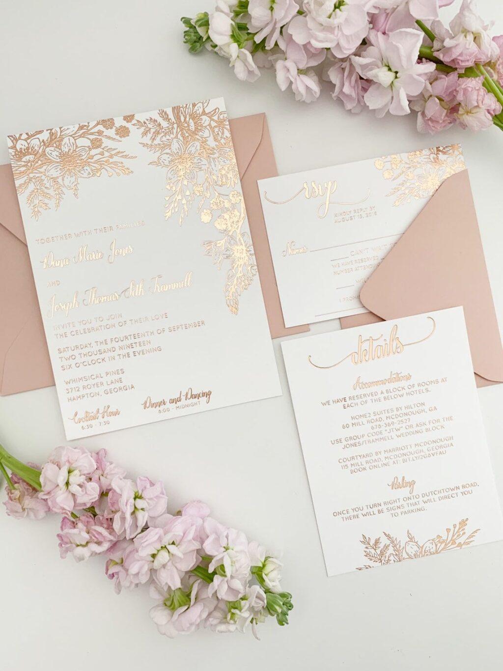 Rosa und goldene Einladungen für eine romantische Hochzeit