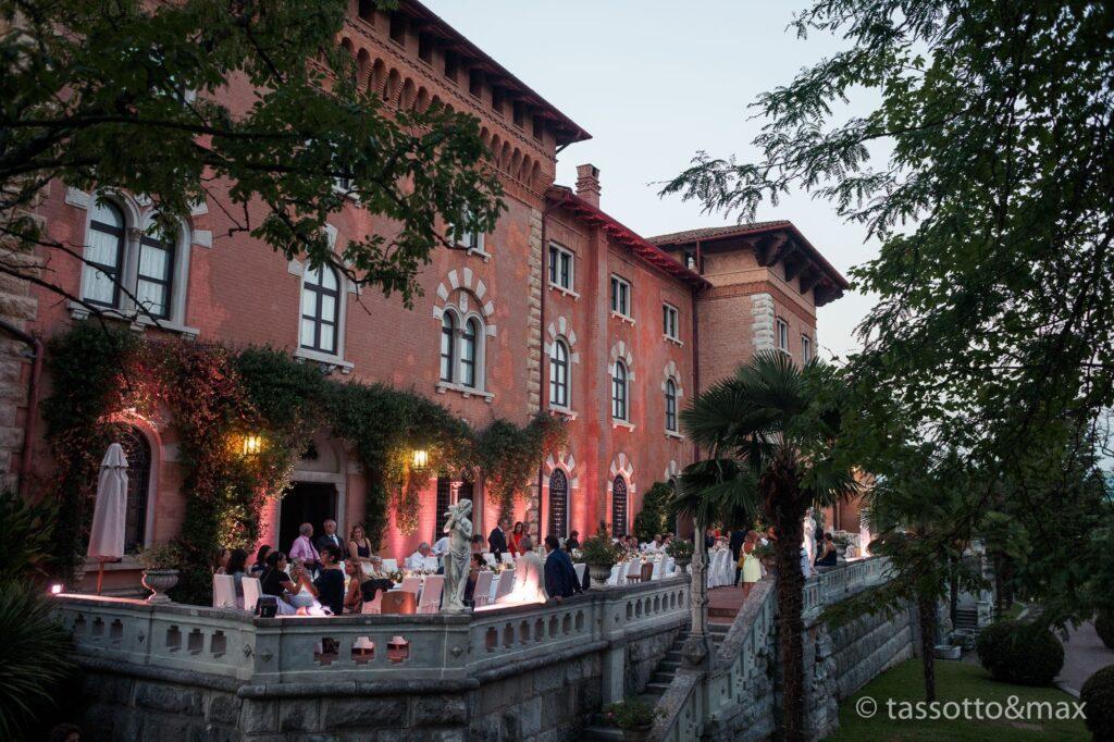 Abendlicher Blick auf ein Schloss, in dem ein Hochzeitsbankett gefeiert wird