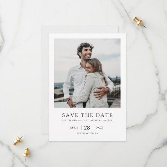 Save the date in stile polaroid con foto di una coppia che si abbraccia e indicazioni generali su date e luogo delle nozze