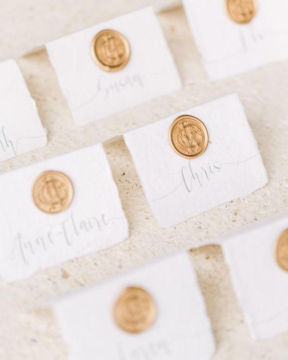 Eleganti segnaposto da matrimonio con timbro in ceralacca dorata
