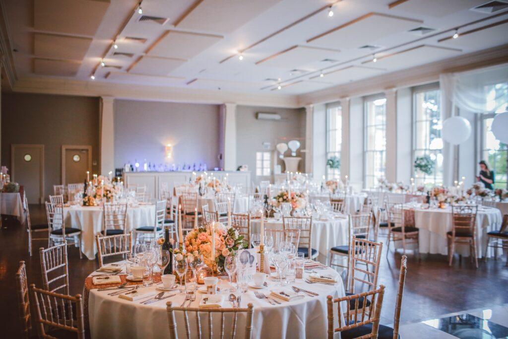 Sala per matrimoni allestita con eleganti e romantici tavoli rotondi a 10 posti