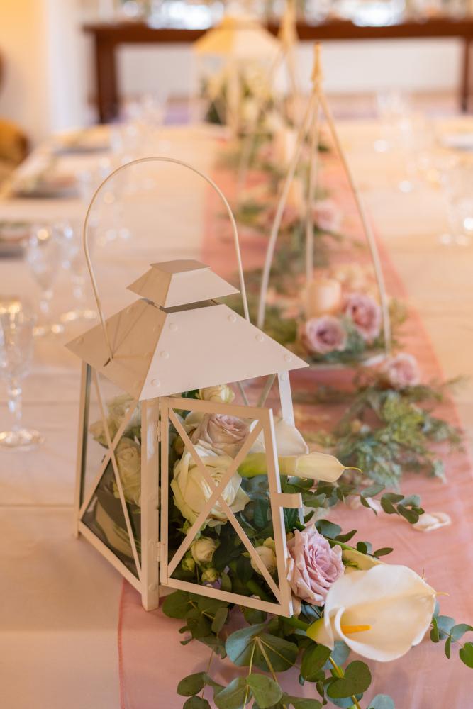 Dekoration des Empfangstisches für eine Hochzeit im romantischen Stil