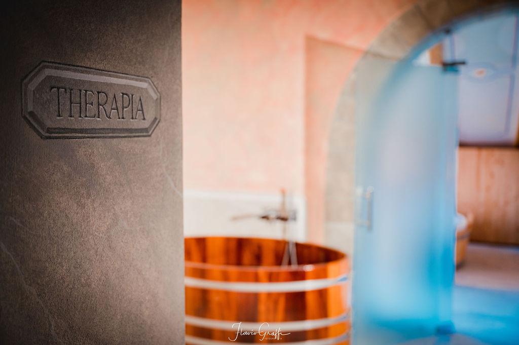 Veduta dell'interno di un centro benessere con vinoterapia