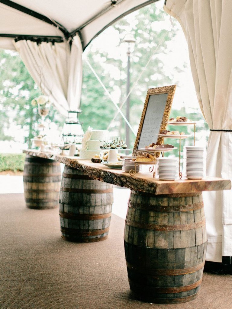 Shabby-Chic-Buffet auf Weinfässern