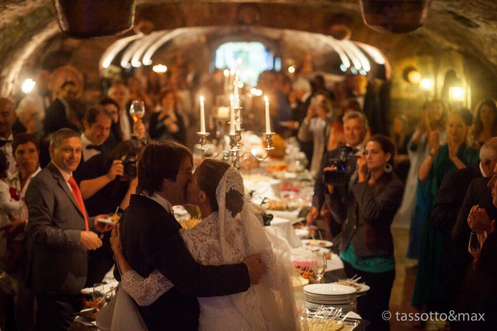 Hochzeit in einem mittelalterlichen Weinkeller, mit Ehepartnern und Gästen, die feiern